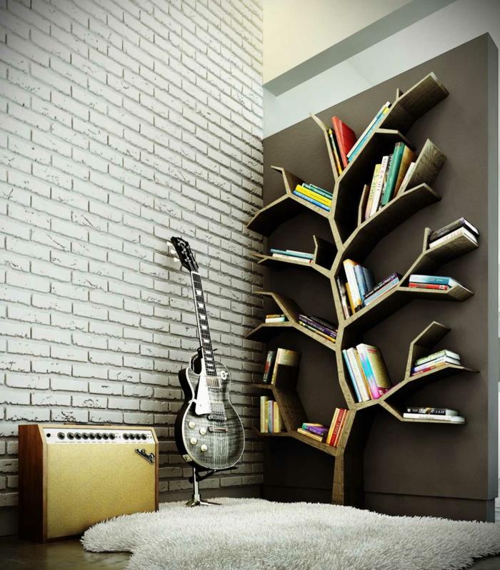 librería de estantes en forma de árnol, pared con ladrillo visto, guitarra eléctrica, tapete peludo blanco gris, estanterias para libros,