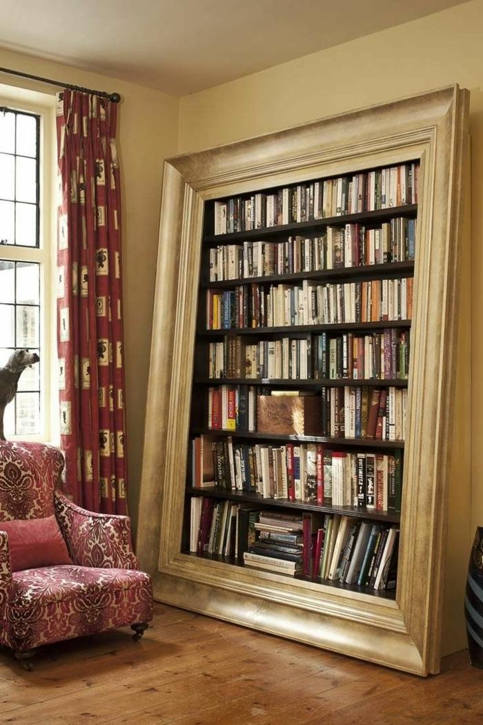 estanterias originales, decoración vintage, rincón de lectura, librería empotrada con marco de madera, sillón y cortinas en beige y rojo