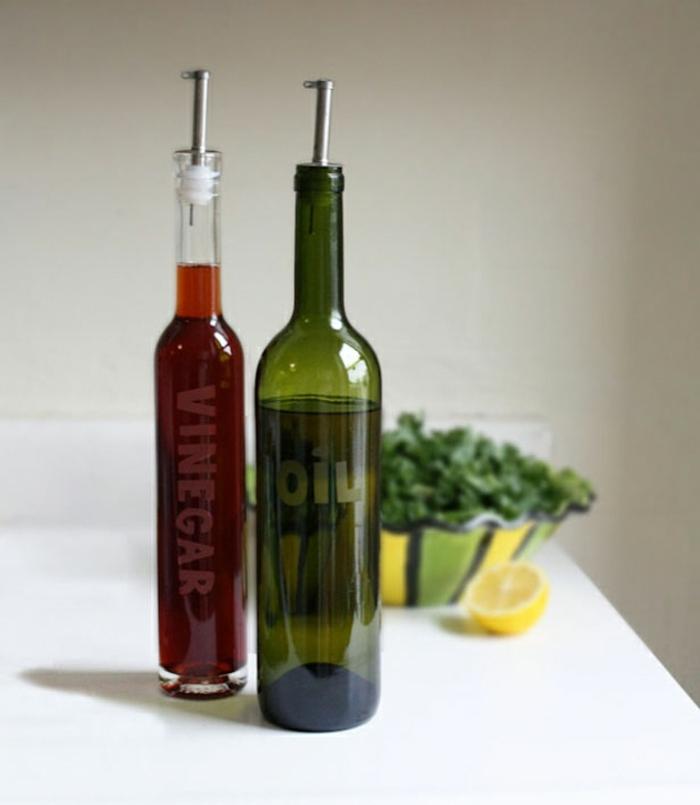 manera útil de reutilizar las botellas de vidrio, recipientes para aceite y vinagre, ideas prácticas con botella dibujo
