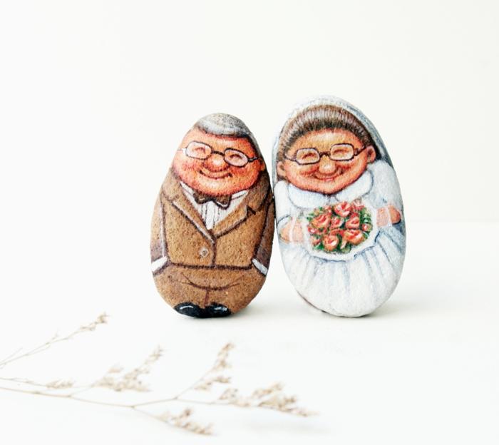piedras pintadas a mano, arte de piedras, pintura acrilica, dos piedras como una pareja de viejitos, trabajo profesional