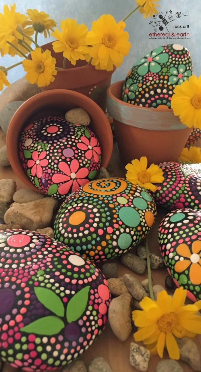 piedras pintadas a mano, piedras grandes para decorar terrazas pintadas con puntitos de color, macetas de barro, margaritas amarillas