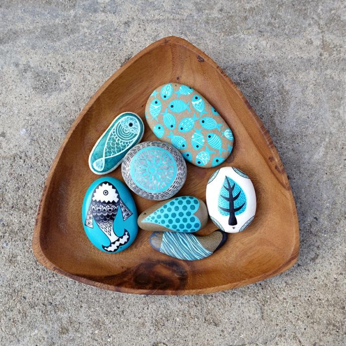 piedras pintadas a mano, decoración de mesa, piedras pintadas en azul marino con peces, recipiente de madera, manuelidades