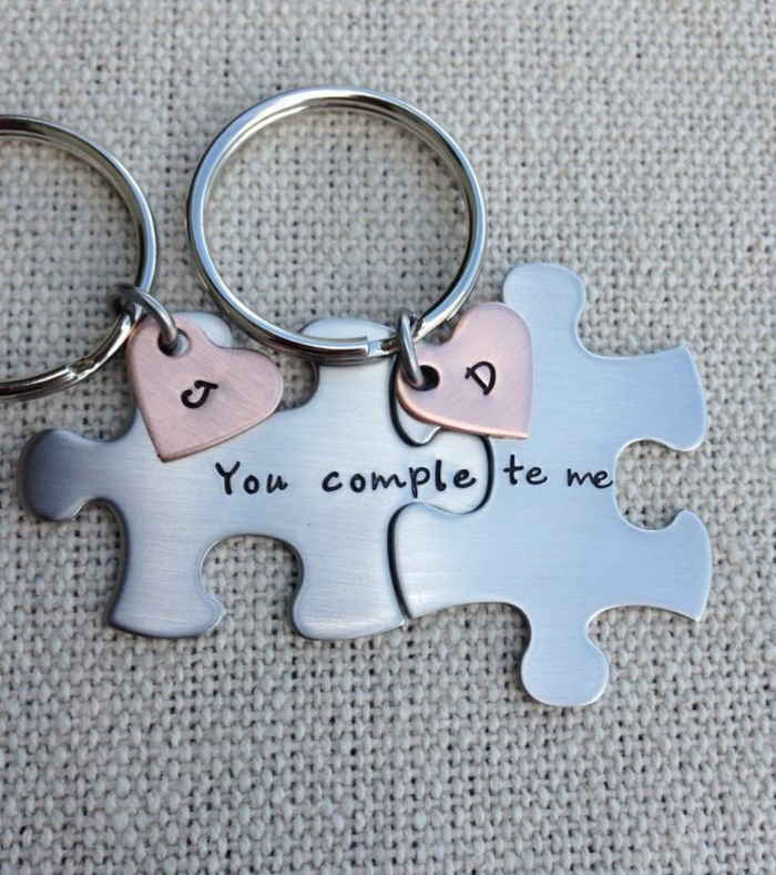como sorprender a tu novio, llavero romántico para parejas en forma de rompecabezas, piezas de metal y corazones con iniciales