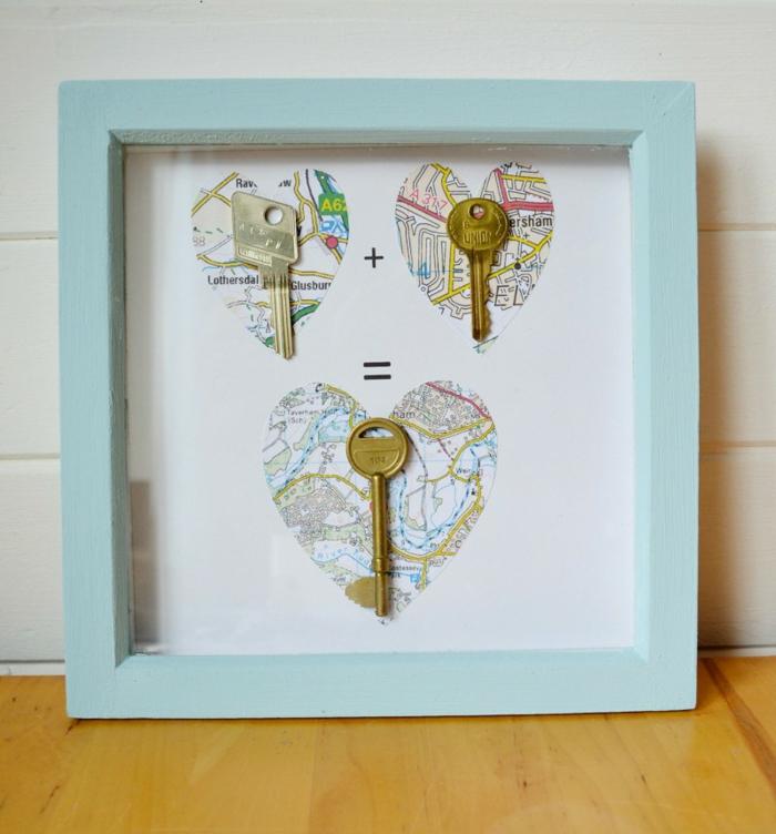 regalo de san valentín, que regalar a tu novio, cuadro hecho a mano, marco de madera azul celeste, mapa con llaves y corazones