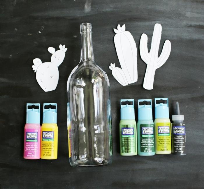 ideas para botellas decoradas, preciosa decoración DIY con botellas dibujadas con pintura acrílica, plantillas de papel en forma de cactus
