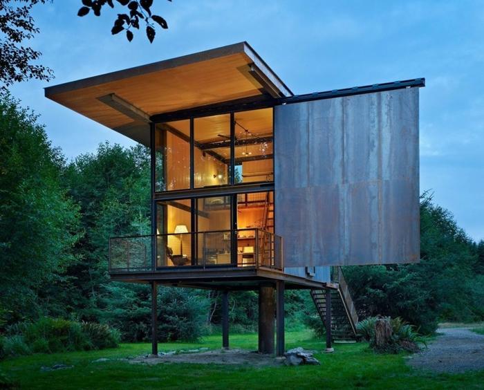 casa cube, peqeuña casa de construcción de metal con elementos de metal, vivienda en dos plantas colocada en un bosque