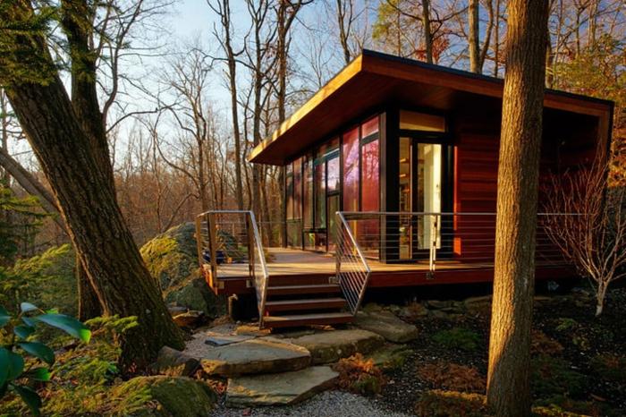 casa cube, cabaña de madera en la montaña en color rojo, micro casa con grande terraza, ideas de casas montañosas
