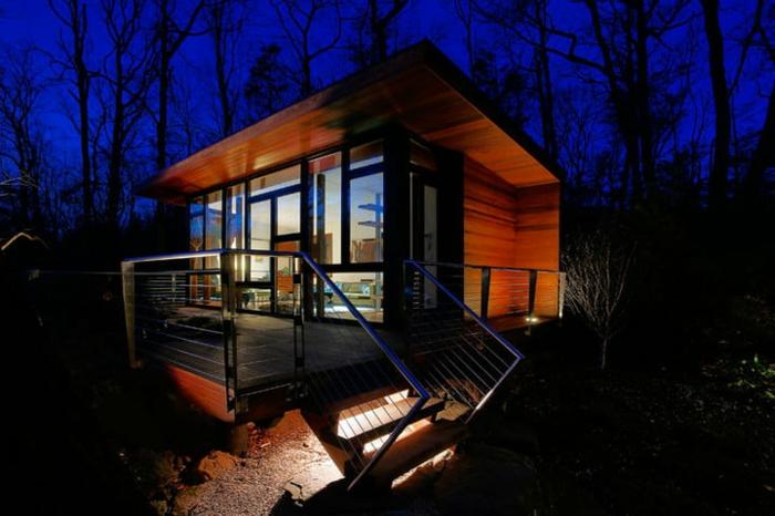 casa cube, casa pequeña de diseño interesante con muchas ventanas de diferente tamaño, terraza espaciosa con escaleras de madera