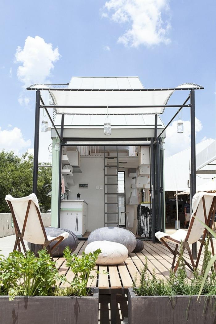 mini casas de ensueño, preciosa terraza con muebles de relax, suelo de madera y macetas con plantas verdes, vivienda mínima en colores claros