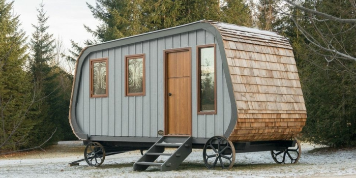 mini casas de ensueño, casa de interesante diseño en ruedas, revestimiento de madera y tres ventanas de diferente tamaño