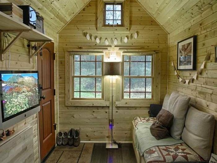 mini casas de ensueño, interior acogedor de una vivienda de madera de tamaño pequeño, paredes con revestimiento de madera