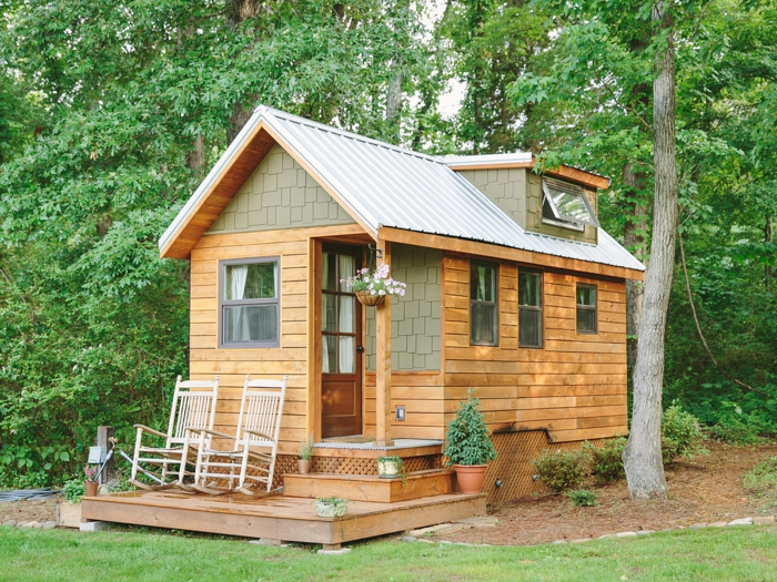 mini casa, casa de madera con cubierta de madera, dos sillas balancines de madera, buhardilla pequeña habitable