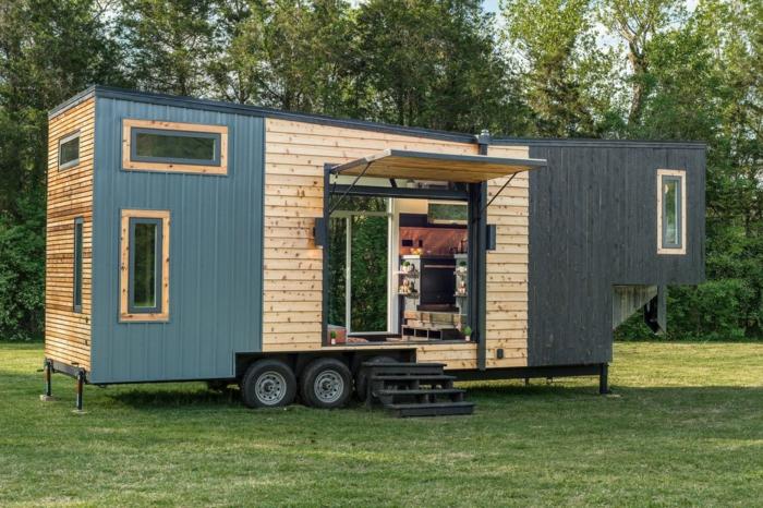 mini casa, casa portátil hecha de madera, casa en ruedas en azul y gris con paredes abatibles, ideas originales de casas portátiles