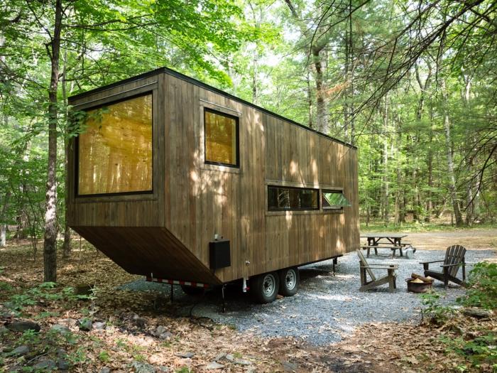 mini casa, vivienda portátil con grande ventanal, ideas de casas mínimas situadas en el bosque, revestimiento de madera