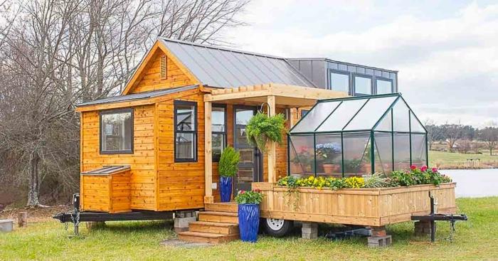 mini casa, casa de pequeño tamaño con cubierta de madera con invernadero de flores, construcción sólida de madera