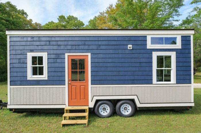 mini casa, interesante diseño de una vivienda mini decorada en azul, gris y marrón, casa en ruedas de tamaño pequeño