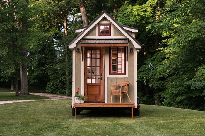 mini casa, preciosa micro vivienda con pequeña buhardilla habitable y muchas ventanas, ideas de casas situadas en el bosque