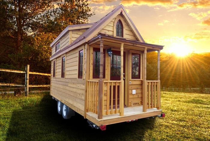 mini casas sobre ruedas, casa pequeña de madera con bonitos elementos arquitectónicos, pequeña terraza, ideas de minicasas modernas