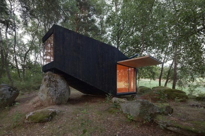 mini casas de ensueño, pequeña casa de madera pintada en negro, ocurrencia arquitectónica original, casa en la montaña