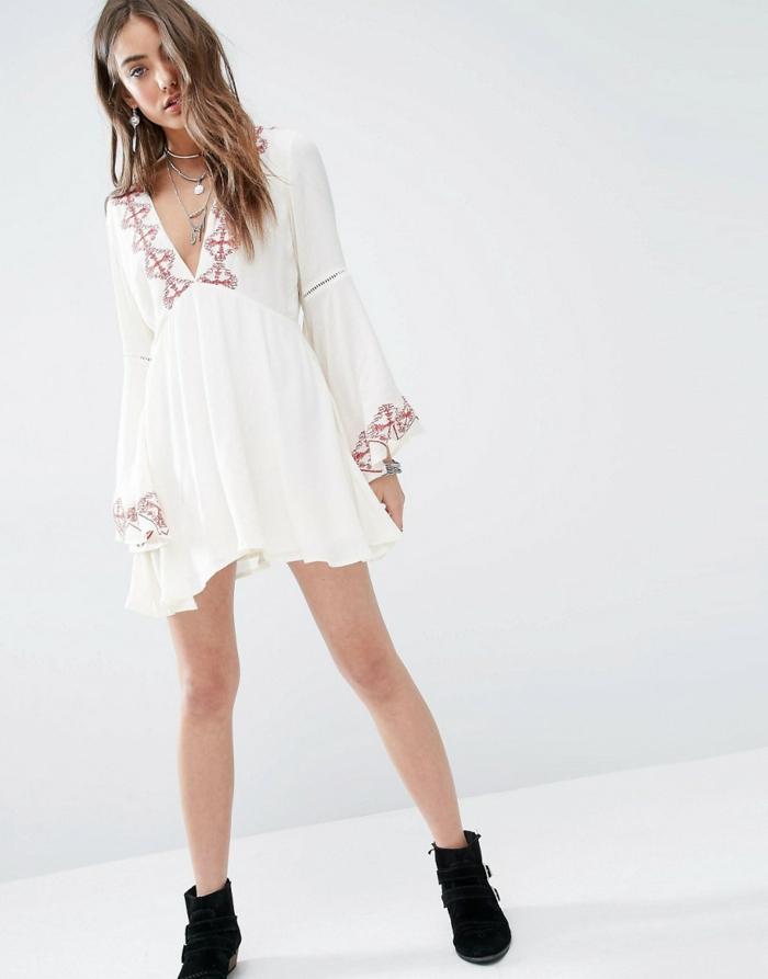 vestidos ibicencos baratos, mujer delgada con vestido corto blanco, escote profundo, cintura imperio, bordado en rojo y gris, mangas largas, zapatos negros
