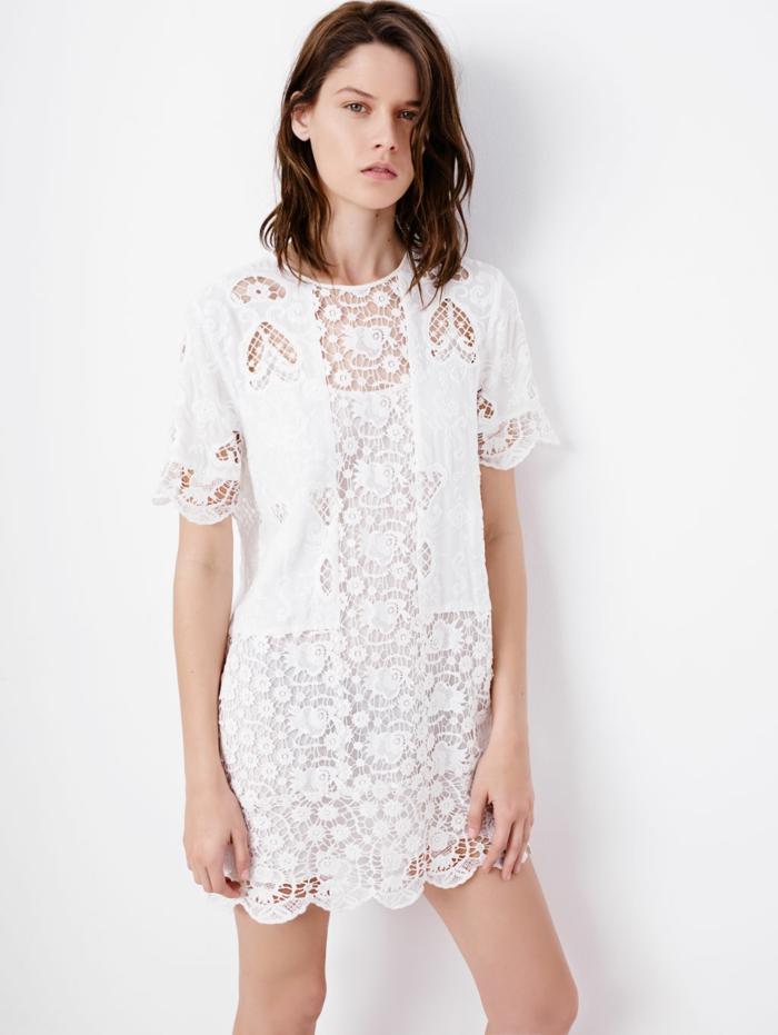 vestidos ibicencos baratos, mujer con media melena, vestio corto vlanco con mangas cortas, sin escote, con mucho encaje