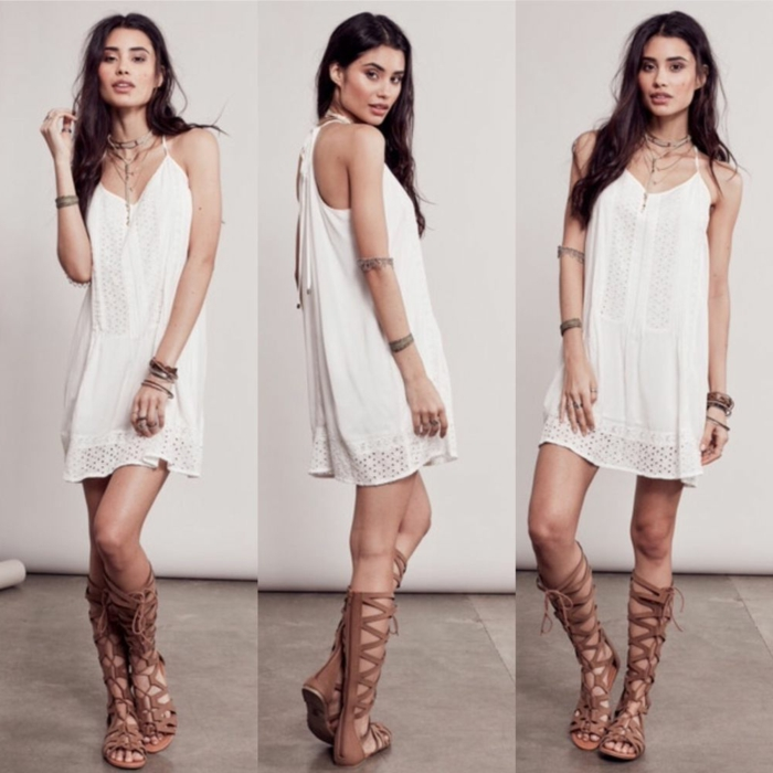 vestidos ibicencos baratos, mujer con vestido corto blanco, sin mangas, con encaje, correas delgadas, sandalias romanas