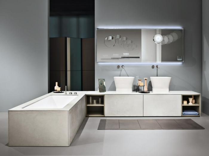 idea de decoración en blanco y gris, baños pequeños, lavabo doble, mueble bajo con estantes, armario con espejo, bañera rectangular, tapete marrón