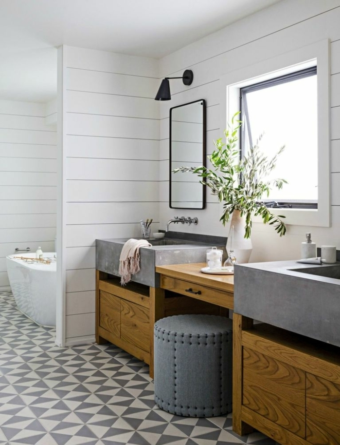 estilo rústico, baños pequeños, baño con ventana con un toque rústico, lavabos de cuarzo con muebles de madera, bañera clásica