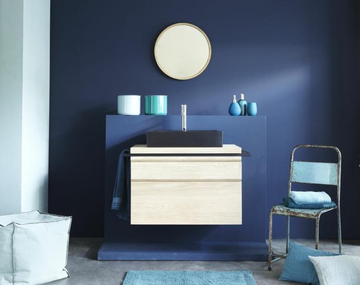 estilo minimalista para baños, baños pequeños, decoración azul, silla de metal vintage, espejo pequeño redondo, mueble lavabo de madera