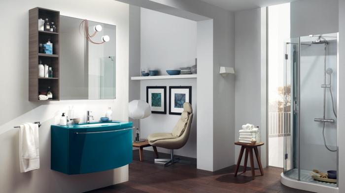 baño abierto, cabina de ducha, muebles auxiliares de baño, mueble de lavabo azul, espejo cuadrado, silla con toallas