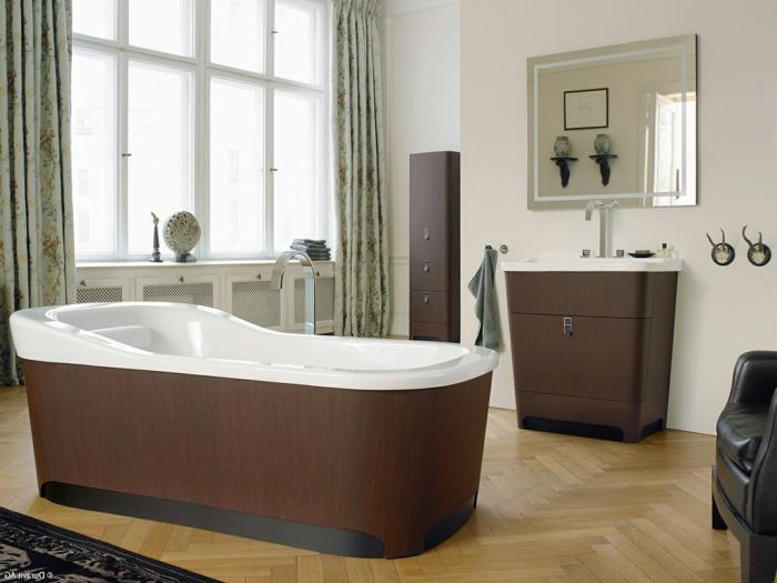 armarios de baño, baño con ventanas grandes, espejo rectangular, bañera de plástico. muebles imitación de madera, suelo con parquet y tapete, cortinas masivas