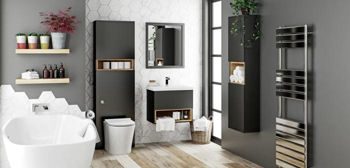 decoración en blanco y negro, armarios de baño, madera, bañera pequeña, suelo con tarima, pared con baldosas, macetas con plantas