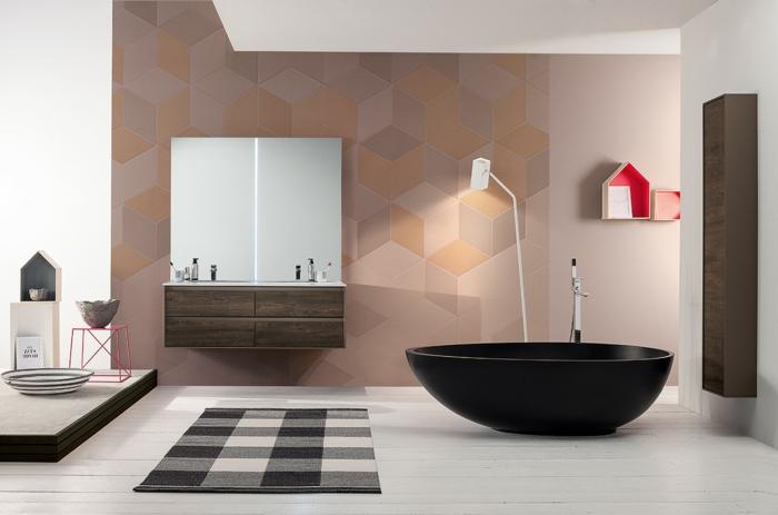 decoración con bañera negra pequeña, armario baño, mueble lavabo de madera, tapete en cuadros, pared con forma geométricas