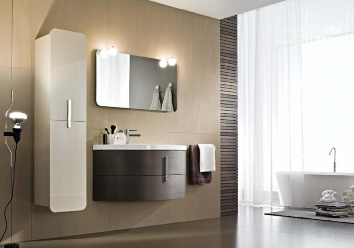 baño moderno, cortina de ducha, bañera ovalada, armario alto y estrecho, espejo, mueble de lavabo redondeado