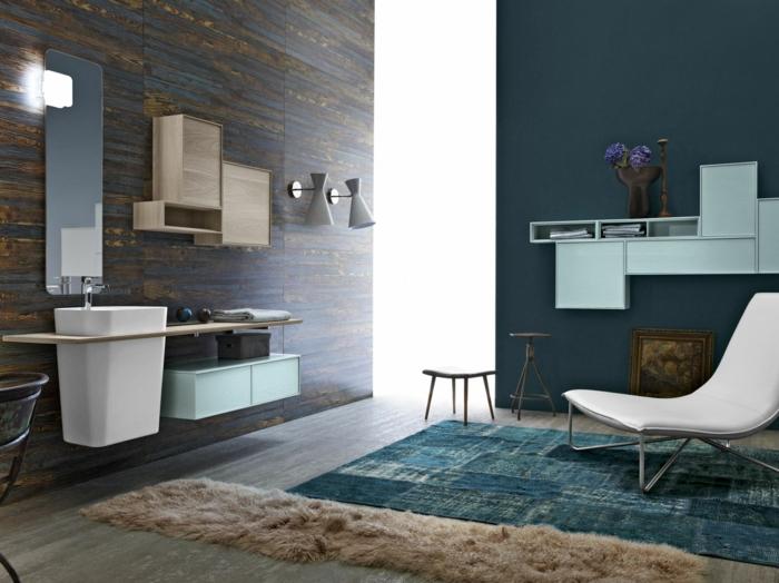 armario baño, decoración moderna en marrón y azul, tumbona blanca, lavabo pequeño, sillas, alfombra, espejo ancho alto