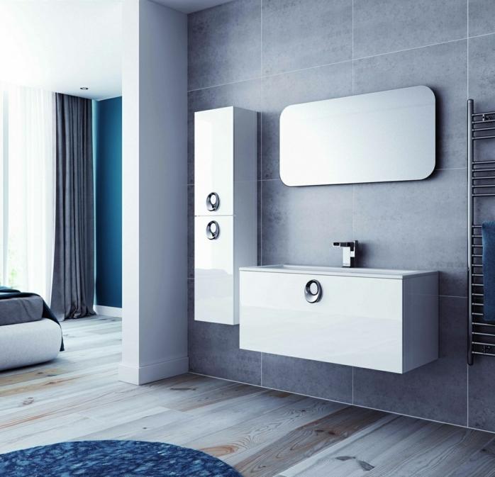 decoración moderna en blanco y gris, armario baño, baño abierto al domitorio, suelo de tarima, paredes con baldosas, espejo y tapete