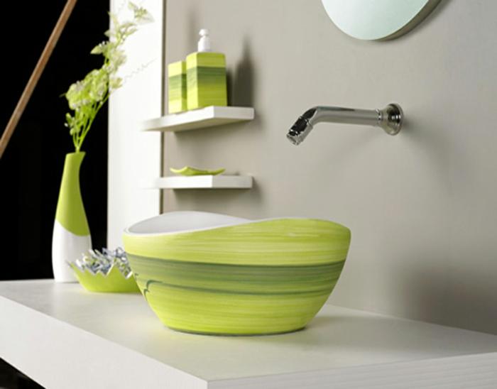 detalle de baño con lavabo redondeado azul, armario baño, espejo redondo, mueble de lavabo de madera, jarra con flores