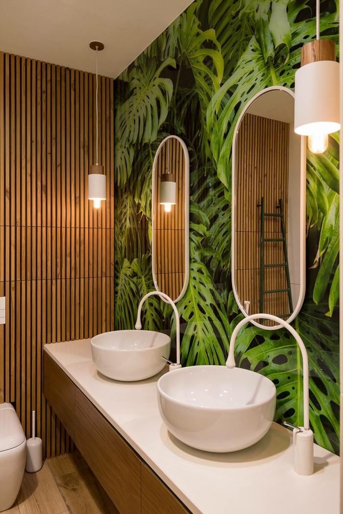 baño pequeño, armario baño, papel pintado con palmeras, dos lavabos redondos, pared de madera, lámparas colgantes
