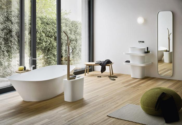 casa moderna, baño con ventanales, suelo de tarima, espejo alto, muebles de baño modernos, mueble lavabo minimalista