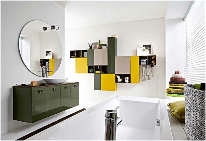 baño moderno grande, decoración en verde y amarillo, espejo redondo grande, muebles de baño modernos, bañera rectangular, ventana con persiana