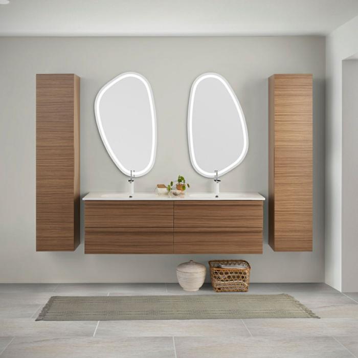 decoración minimalista, muebles de baño modernos, armarios de madera, lavabo doble, espejos de forma itrregular, suelo con baldosas, tapete