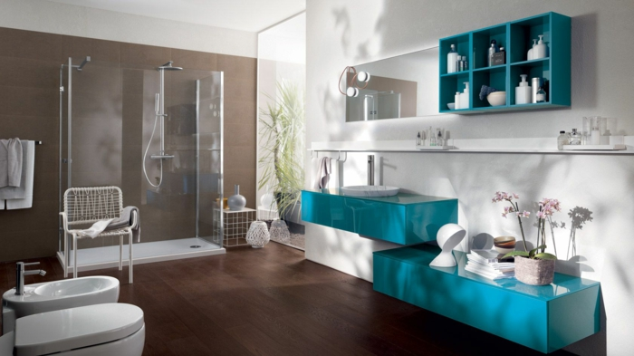 baño grande en blanco y azul, muebles de baño, ducha con plato, espejo rectangular, armarios y estantes de plástico, ventana grande, suelo laminado
