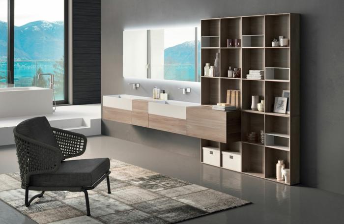 casa con vista, baño moderno con ventana grande, bañera rectangular, muebles de baño, armario con espejo, estantería de madera. sulo laminado con tapete