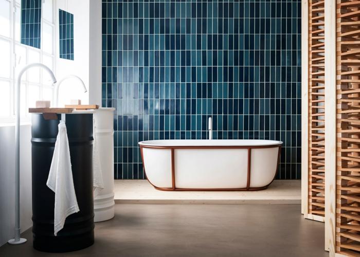 estilo moderno, baño con baldosas azules, bañera oval con decoración de madera, dos lavabos de contenedores de metal, luz natural, mámpara de madera