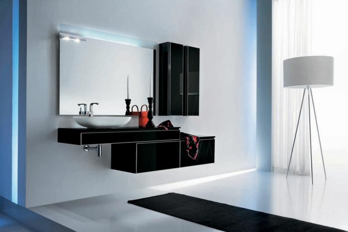 muebles de baño modernos, decoración en blanco y negro con luz artificial, muebles negros de plástico, espejo grande, suelo laminado con tapete