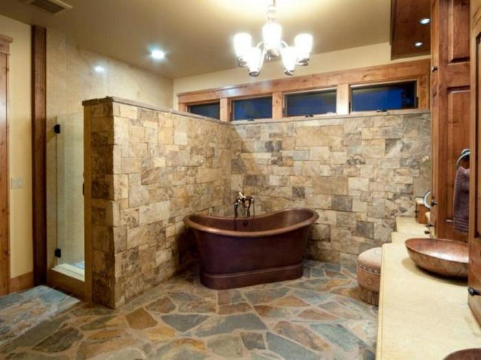 cuartos de baño rusticos , baño grande y acogedor con candelabro y bañera vintage, lavabos de cobre rusticos