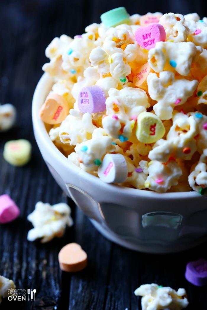 como sorprender a mi novia de manera original, palomitas con palillos de azucar coloridos y pequeños caramelos en forma de corazon