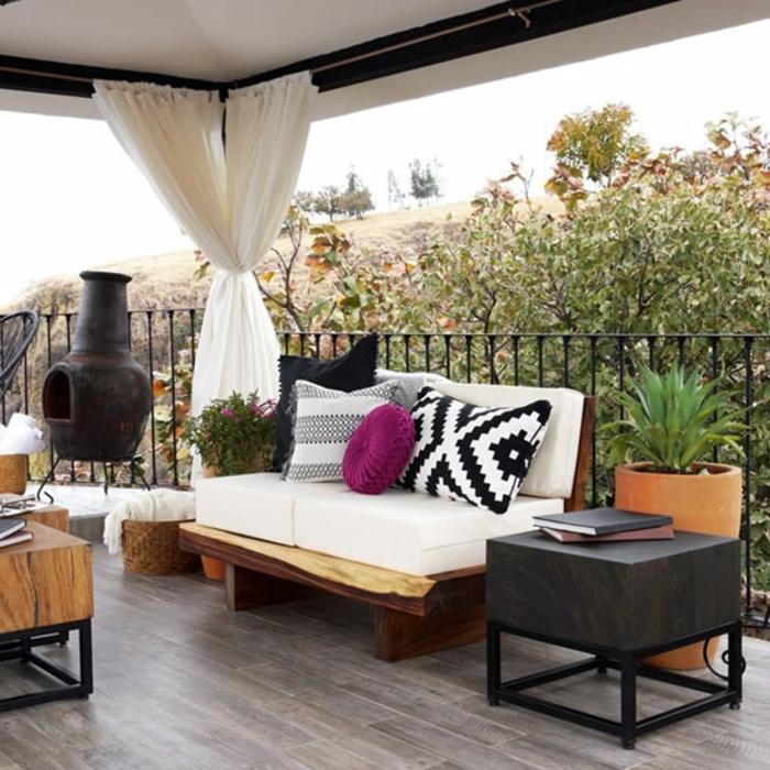 decoración en blanco para terrazas modernas, cojines de diferente tamaño y color, cortinas aireadas en blanco y suelo de parquet