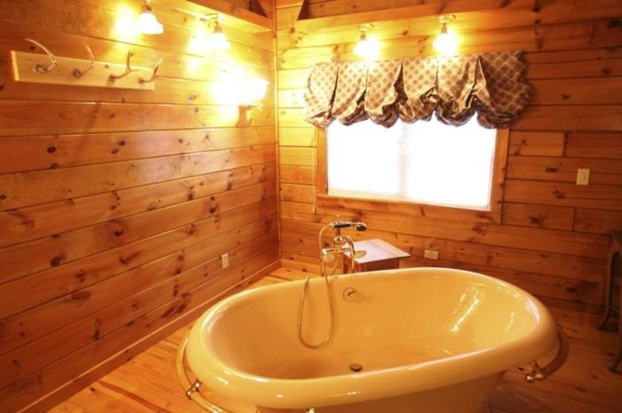 cortinas de baño coquetas, cuartos de baño rusticos revestidos de madera con bañera moderna de tamaño pequeño y lámparas vintage