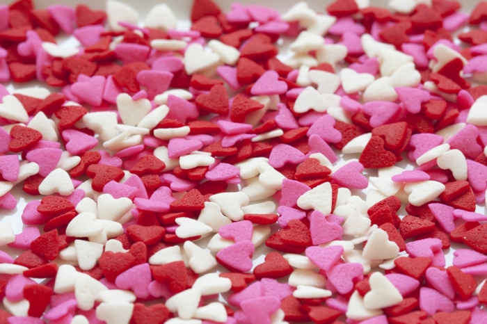 preciosa sorpresa con pequeños caramelos en blanco, rojo y color rosa, como sorprender a mi novia para el día de San Valentín